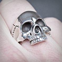 Skull ring. Anillo de calavera. Adam Ballester. Skull Wedding Ring, Skull Engagement Ring, Wedding Rings, Gothic Fashion, Mens Fashion, Biker Rings, Jewerly, Rings For Men, Bling