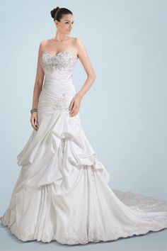 resplendent-sweetheart-neckline-wedding-dress-featuring-beaded-embroidery-and-pickups