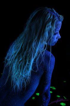 Черный свет и боди арт от John Poppleton. Body Art Photography, Light Art, Art Pieces, Scene, Neon, Poses, Beauty, Beautiful, Black