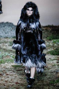 Alexander McQueen Fall 2014 RTW - Runway Photos - Fashion Week - Runway, Fashion Shows and Collections - Vogue Fur Fashion, Winter Fashion, Fashion Show, Paris Fashion, Runway Fashion, Fashion Details, Fashion Women, Sarah Burton, 2014 Fashion Trends