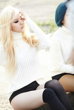 SMTOWN Vyrl f(x) - 'RED LIGHT' + 'Shake That Brass' Era Krystal Fx, Jessica & Krystal, Kpop Girl Groups, Korean Girl Groups, Kpop Girls, Fx Red Light, Krystal Jung Fashion, Sulli, Cnblue