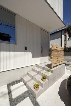 名古屋市中川区にあるラウムハウスのSE構法を使った狭小住宅モデルハウスとして施工した作品事例です。狭い間口でもリビングに中庭のある明るく開放的な建物です。 Entrance Hall, Entry Doors, Garage Doors, Home Building Design, Building A House, Porch And Terrace, Outdoor Decor, Home Decor, Entryway