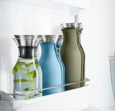 Kühlschrank-Karaffe von Eva Solo®. Perfekter kann Wasser mit Kräuterzusatz nicht kalt gestellt werden! Zudem hält ein schicker Neopren-Anzug das kühle Nass auch außerhalb des Kühlschranks kalt: http://www.ikarus.de/marken/eva-solor.html