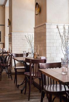 En stockholmsrestaurang, inte långt från Byggfabrikens butik i Vasastan skapade en rustik men sober matsal med känsla för detaljer. Resultatet är en vilsam miljö där gästerna får spela huvudrollen. Kakelplattorna på väggen har kulören Vintage white. Edwardian House, Victorian, Streamline Moderne, Modern Restaurant, Small Dining, Farmhouse Style Decorating, Dining Room Design, Subway Tile, Tile Design