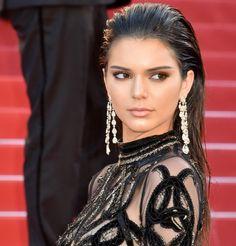 Les cheveux lâchés wet de Kendall Jenner