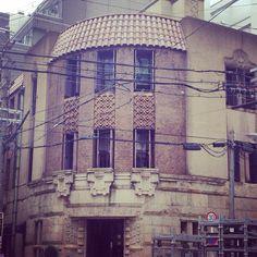 大阪の淀屋橋駅前で見つけた、ノスタルジックな建物の屋根には瓦が。