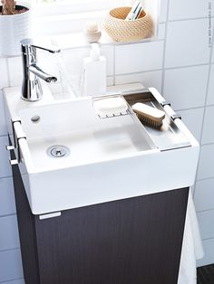 Badrummet anses av många vara ett rum som är svårt att uppdatera utan drastiska metoder som till exempel att byta ut kaklet eller golvet. Men det finns betydligt enklare sätt att uppdatera badrummet för att passa den personliga stilen! Ikea Bathroom Sinks, Downstairs Bathroom, Diy Organisation, Bathroom Organization, Ikea Lillangen, Ikea Bathroom Accessories, Ikea Inspiration, Ikea Hack, New Homes