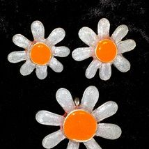 Daisies. Pendant and earrings made from .935 silver wire and band with epoxy resin.