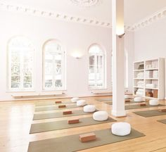 With interior designers high-end amenities and tech-enabled equipment up-and-coming gyms are fancy AF. The post With interior designers high-end amenities and tech-enabled equipment up-and- appeared first on fitness. Yoga Studio Design, Yoga Studio Interior, Yoga Room Design, Yoga Studio Decor, Gym Interior, Gym Design, Yoga Room Decor, Yoga Studio Home, Tiny Studio