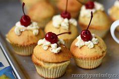 #Recept #Cupcakes s #krémem a #třešněmi - Víte jaký je rozdíl mezi cupcakem a muffinem? Pokud ano, tak klidně přejděte na recept. Pokud je pro vás muffin a cupcake jedno a to samé a zajímalo by vás , jaký je mezi těmito buchtíky rozdíl, čtěte dále. #recepty #vaření #pečení #muffin #sladkosti #zákusek #třešně