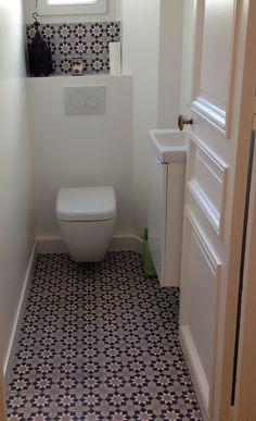 Carreaux de ciment - cement tiles Motif Fès Vintage Interior, Downstairs Loo, Home Remodeling, Water Closet, Bathroom, Toilet, Bathrooms Remodel, Bathroom Design, Tile Bathroom