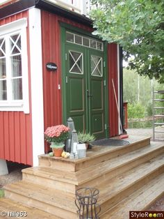 Våran entre med pardörrar från Allmoge snickerier i Leksand . House Front Door, House With Porch, House Doors, Small Tiny House, Tiny House Plans, Deck Steps, Wood Steps, Tiny House On Wheels Stairs, Porch Stairs