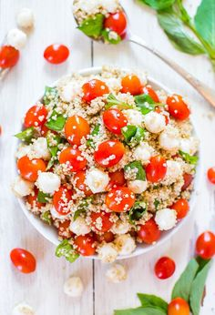 Tomato Mozzarella Salad with Basil and Quinoa Tomato, Mozzarella & Basil Quinoa Salad (GF) - Trying to keep meals healthier & lighter? Make this easy, refreshing & satisfying salad! Vegetarian Recipes, Cooking Recipes, Healthy Recipes, Cooking Tips, Baked Tomato Recipes, Healthy Salads, Healthy Eating, Tomato Mozzarella Salad, Tomato Basil