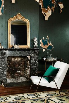 Dark-green Walls Living-room Guidelines & Manual Lights in the living-room have to become brilliant. Dark Green Living Room, Dark Green Walls, My Living Room, Inspiration Wand, Interior Inspiration, Living Room Wall Designs, Dark Interiors, Interior Design, Home Decor