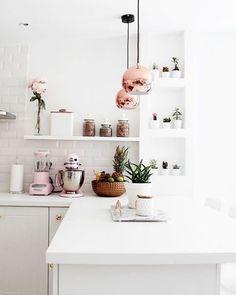 Uma cozinha toda branca! A graça vem dos acessórios, lustres e pequenos vasinhos com plantinhas. Que tal? #revistacasaclaudia #decor #decoration #decoração #home #house #casa #kitchen #cozinha