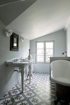 Une salle de bains esprit art déco - 20 photos de salles de bains blanches - CôtéMaison.fr