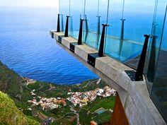 Mirador de Abrante en Angulo, La Gomera. Inaugurado el 2 de enero de 2013. Voladizo de 7 mts. cobre el vacío con suelo y paredes de vidrio estructural apoyado en viga de hormigón armado.