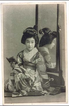 ⧹(;º ∪ º )√ [絵葉書][鏡を背に,長襦袢姿美女] Japanese Geisha, Japanese Beauty, Vintage Japanese, Japanese Art, Antique Photos, Vintage Photographs, Vintage Photos, Old Pictures, Old Photos
