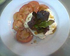 salada de tomate, queijo fresco e alface
