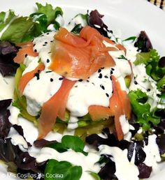 Ensalada de salmón ahumado Salmon Y Aguacate, Smoked Salmon Salad, Salad Dressing, Caprese Salad, Deli, Tapas, Clean Eating, Queso Fresco, Food And Drink