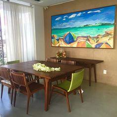 Ambiente de @emporiowolf_layla com a linha Ayty .... Detalhe das cadeiras Noronha na cor verde 🌴🌴🌴 - Obra do artista Antonio Mendes da Galeria Arte Plural !!