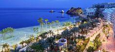 Playa Puerta del Mar, paseo de El Altillo, al fondo peñones de El Santo y castillo de San Miguel