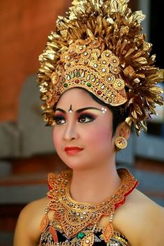 Lovely lady in National costume of Indonesia. Rare Clothing, Costumes Around The World, Balinese, People Of The World, World Cultures, Real Women, Colorful Fashion, Traditional Dresses, Headdress