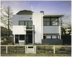 Rietveld Schröderhuis in Utrecht. Neoplasticisme, geen modernisme. Minder constructief dan modernisme. Niet functioneel gedacht, weinig efficiënt. Vlakken/lijnen.