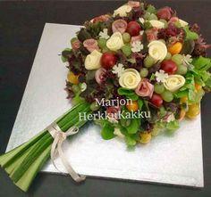"""Voileipäkakku on retroherkku, joka on palannut kevätjuhlien noutopöytään. Muoto ja ainekset vain ovat päivittyneet 2010-luvulle. Kevään 2016 trendikkäin voileipäkakku on tehty kukkakimpun muotoiseksi. 2017 kääretortun näköinen suolainen kakku näyttää olevan nyt se kuumin juttu. """"Nyt on juhlan aika""""-kirjassa sanotaan voileipäkakkujen tulleen muotiin Suomessa 1960-luvulla. Voileipien historia ulottuu tietenkin paljon pidemmälle, esim. tanskalaiset ovat löytäneet ensimmäiset …"""