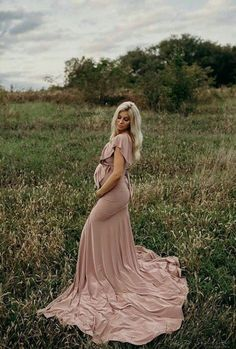 I never had maternity pictures done when I was pregnant with either of my girls (I know, stupid decision I regret) but if I had the chance… Spring Maternity, Maternity Poses, Maternity Portraits, Maternity Dresses, Maternity Photoshoot Dress, Outdoor Maternity Pictures, Girl Maternity Pictures, Romantic Maternity Photos, Summer Maternity Photos