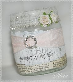 Idea for a shabby chic decorated jar :-) Mason Jar Crafts, Bottle Crafts, Mason Jars, Shabby Chic Crafts, Vintage Shabby Chic, Bottles And Jars, Glass Jars, Glass Candle, Jar Art