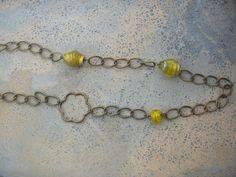 Colar de corrente de metal com aplicações em vidro amarelas