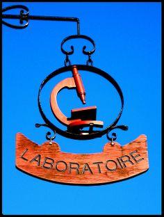 Enseigne d'un laboratoire à Paimpol (Côte d'Armor)
