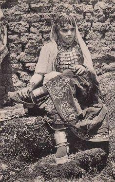 Une jeune femme de la tribu des Ouled Naïl
