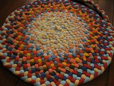 this is a family thing for Aaron.great color scheme idea on this one. Crafts For Teens To Make, Diy And Crafts, Yarn Projects, Sewing Projects, Homemade Rugs, Braided Rugs, Spring Crafts, Rug Hooking, Fabric Crafts