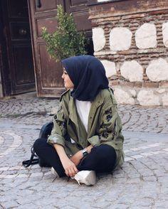 Pinterest @adarkurdish Street Hijab Fashion, Muslim Fashion, Modest Fashion, Diy Fashion, Fashion Outfits, Girl Hijab, Hijab Outfit, Modele Hijab, Fake Girls