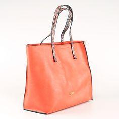 Výrazná oranžová kabelka Kbas, ktorá je výnimočná svojou veľkosťou. S touto kabelkou sa nemusíte báť ísť na nákup, všetko sa do nej zmestí!