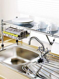 Stellfläche rund um das Spülbecken ist oft Mangelware. Da kommt ein flexibles Küchenregal gerade recht: Das Metallgestell verfügt über einen Teleskopmechanismus, sodass Sie es bei Bedarf ruck, zuck verlängern können. Außerdem bringt es einen Küchenrollenhalter und einen Ablagekorb mit. 70 € Heine (?!?)