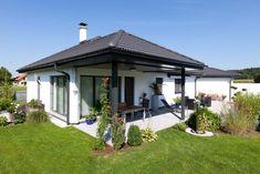 Hartl Haus Kundenhaus mit Pool Outdoor Decor, Home Decor, Gable Roof, Porches, Decoration Home, Room Decor, Home Interior Design, Home Decoration, Interior Design