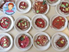 Pizza maken met klei, verf en papier met kleuters 3 , thema restaurant, kijk voor meer info op kleuteridee. Pizza Restaurant, Pizza Vans, Classy Christmas, Happy Foods, Mini Cupcakes, Bon Appetit, Diy For Kids, Muffin, Christmas Decorations