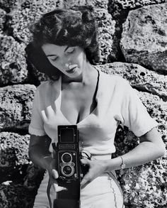 pin up girl/photographer Bunny Yeager and her camera Bunny Girls, The Dark Side, Girls With Cameras, Louise Brooks, Portraits, Inked Magazine, Famous Photographers, Celebrity Photographers, Vintage Cameras