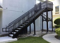 Superb Exterior Stairs Ideas - All Time Best Staircase Ideas. Outdoor Stair Railing, Metal Stair Railing, Metal Handrails, Stair Handrail, Staircase Railings, Wood Stairs, Staircase Design, Stairways, Railing Design