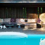Ett trädäck på sammanlagt 150 kvadratmeter – med pool och flera avdelningar med trädgårdsmöbler för frukost, middag, drink och solbad. Här är det lätt att leva uteliv!