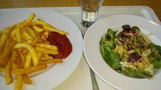 Das klassische vegane auswärts-Essen gabs bei SteVi in der Kantine: Pommes mit Salat