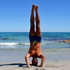 Sirsasana 2 nella splendida spiaggia di Berchida, Sardegna. #sirsasana2 #yogainspiaggia #sardegna #salambasirsasana2 yoga in Sardinia, Berchida's beach