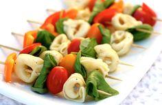 La France entière goûte à la vraie saveur de l'été depuis le début de la semaine. Si vous n'avez pas encore ressorti votre barbecue, vous êtes hors-la-loi ; si non, voici de petites idées de brochettes à faire cuire ou à déguster crues ! À cuire – Brochettes de légumes Nettoyez et coupez vos légumes [...]