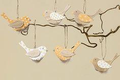 Dřevění ptáčci zpěváčci ozdobí obyčejné větvičky ve váze a do vašeho bydlení přinesou první závan jara. Cena za sadu 6 kusů ptáčků je 199 Kč; La Almara