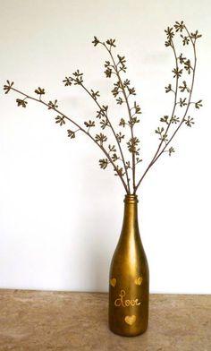 Para mim, tudo pode ser vaso!  Garrafa de champanhe pintada à mão pela Nô Figueiredo com tinta importada dourada. Love, corações e flor em relevo.  Produto reciclado ajudando a diminuir o lixo do planeta! R$ 50,00