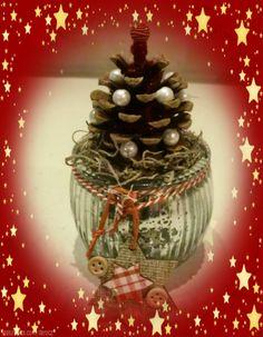 Potje versierd, Dennenappel erop, omwikkeld met glitterwol. Met parelkralen er een mini kerstboom van gemaakt.