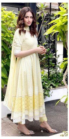 Pakistani Fashion Party Wear, Pakistani Fashion Casual, Pakistani Dresses Casual, Indian Fashion Dresses, Pakistani Dress Design, Casual Dresses, Eid Outfits Pakistani, Pakistani Gowns, Stylish Dresses For Girls